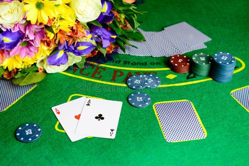 Conceito do casino, dos cartões de jogo e do dinheiro Pilhas de microplaqueta de pôquer foto de stock royalty free