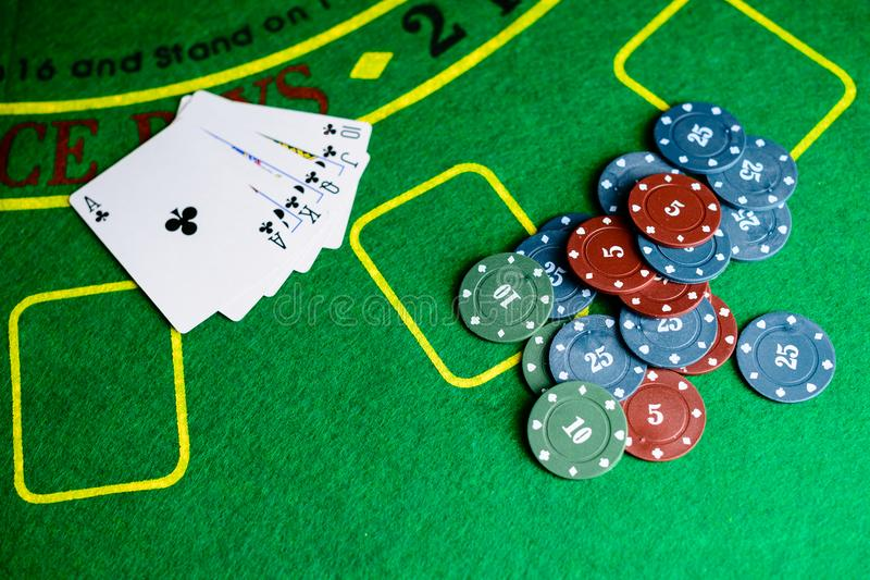 Conceito do casino, dos cartões de jogo e do dinheiro Pilhas de microplaqueta de pôquer imagem de stock