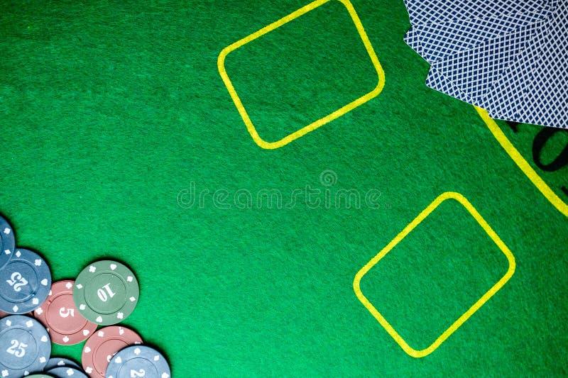 Conceito do casino, dos cartões de jogo e do dinheiro Pilhas de microplaqueta de pôquer fotografia de stock royalty free