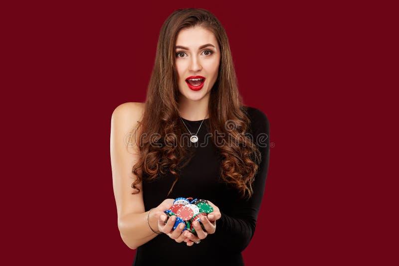Conceito do casino, do jogo, do pôquer, dos povos e do entretenimento - jogador de pôquer da mulher no vestido preto com as micro foto de stock royalty free