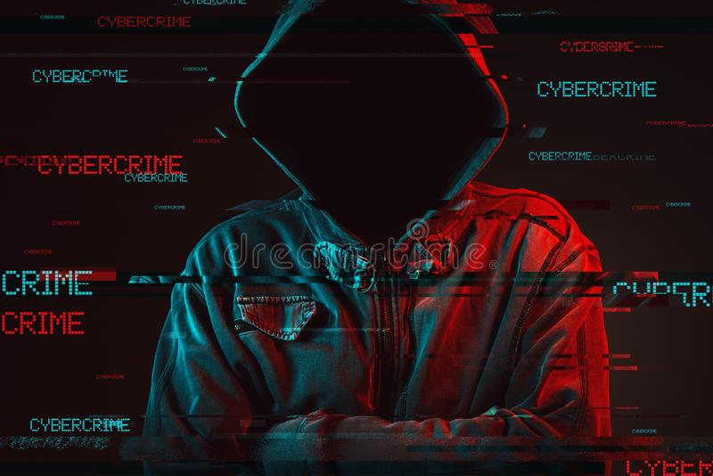 Conceito do cibercrime com a pessoa masculina encapuçado sem cara fotos de stock royalty free