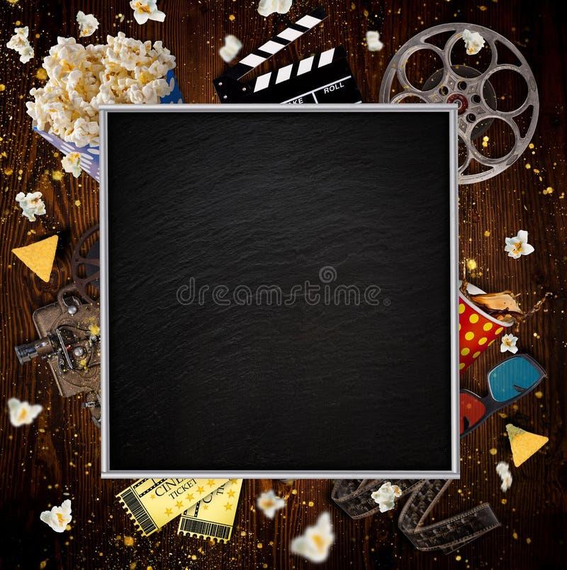 Conceito do cinema de carretéis de filme do vintage, de clapperboard e de outras ferramentas fotos de stock