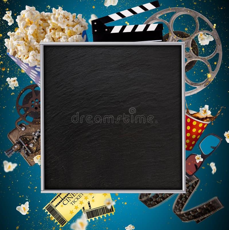 Conceito do cinema de carretéis de filme do vintage, de clapperboard e de outras ferramentas fotos de stock royalty free