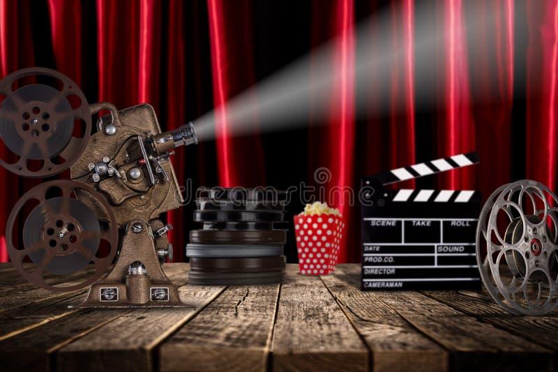 Conceito do cinema de carretéis de filme do vintage, de clapperboard e de projetor imagem de stock royalty free