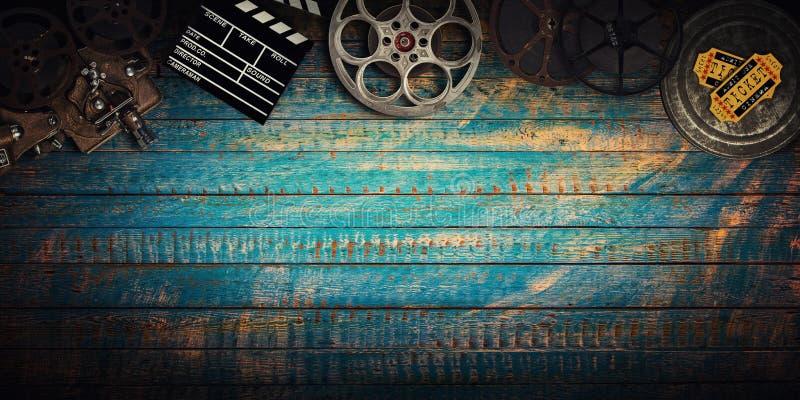 Conceito do cinema de carretéis de filme do vintage, de clapperboard e de projetor fotos de stock