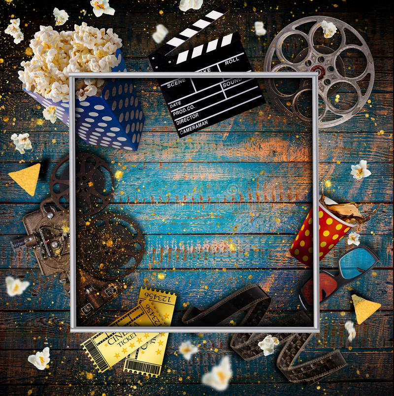 Conceito do cinema de carretéis de filme do vintage, de clapperboard e de outras ferramentas foto de stock royalty free