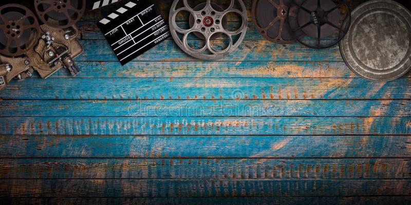 Conceito do cinema de carretéis de filme do vintage, de clapperboard e de projetor foto de stock royalty free