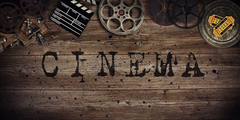 Conceito do cinema de carretéis de filme do vintage, de clapperboard e de projetor fotografia de stock