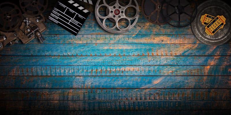 Conceito do cinema de carretéis de filme do vintage, de clapperboard e de projetor imagens de stock
