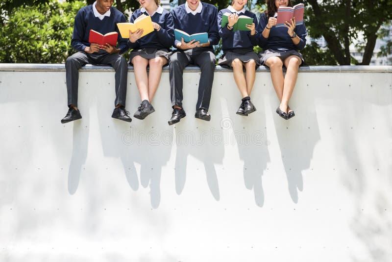 Conceito do conhecimento dos povos dos estudantes da educação fotos de stock royalty free