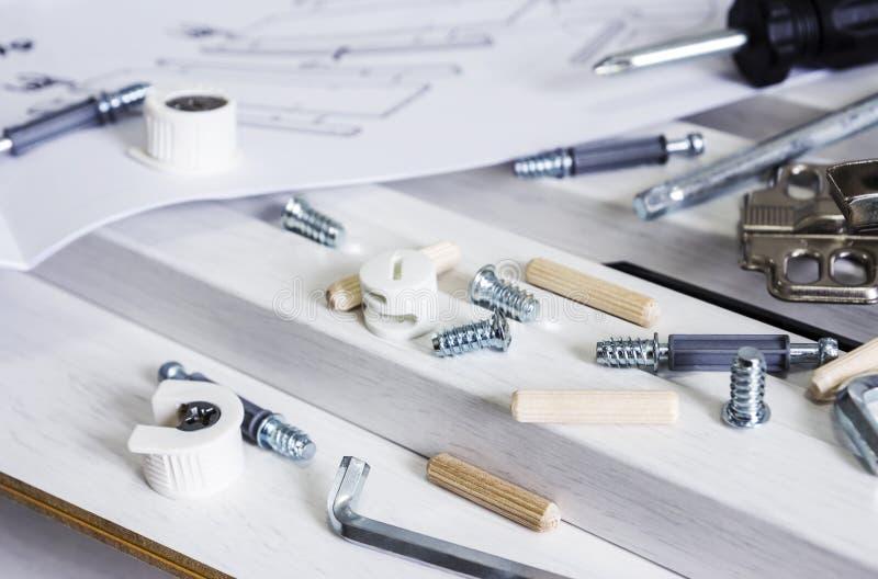 Conceito do conjunto da mobília da ferramenta e da madeira branca imagens de stock royalty free