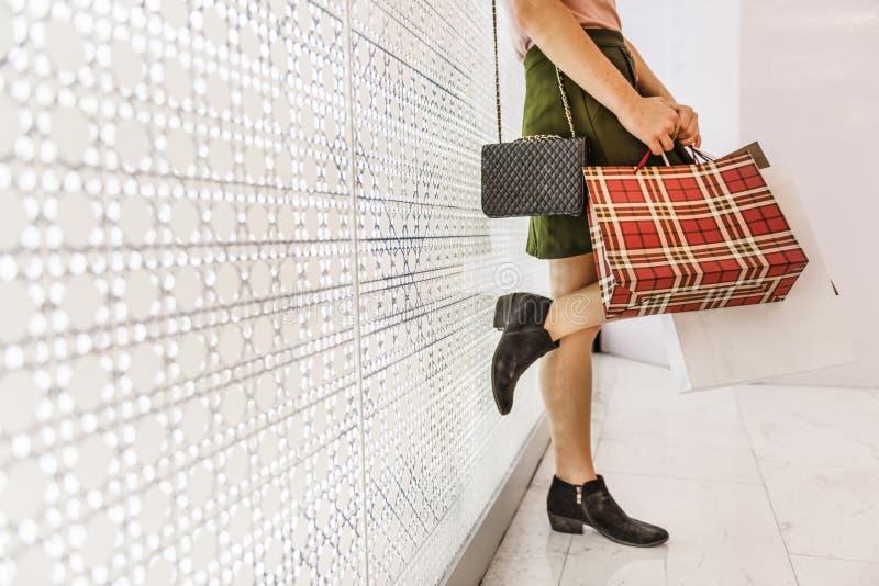 Conceito do consumidor da compra da jovem mulher fotos de stock royalty free