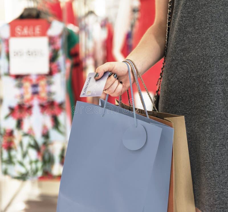 Conceito do consumidor da compra da jovem mulher fotografia de stock royalty free