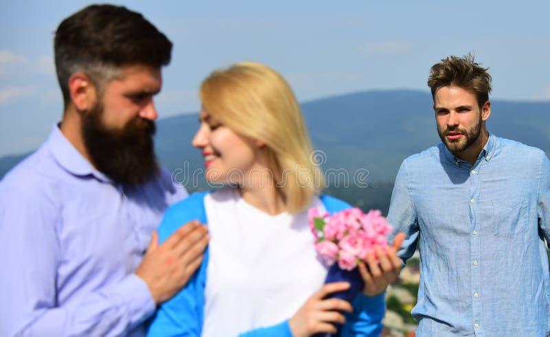 Conceito do coração quebrado Amantes românticos da data dos pares que flertam Pares em datar feliz do amor, mulher de observação  fotografia de stock