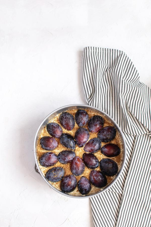 Conceito do cozimento do outono - torta cru da ameixa no molde de metal fotos de stock royalty free