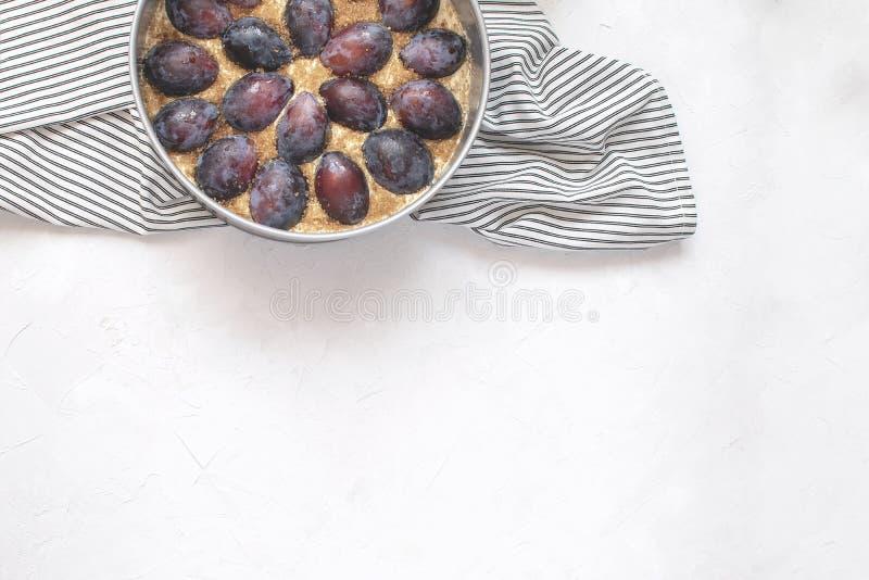 Conceito do cozimento do outono - torta cru da ameixa no molde de metal foto de stock