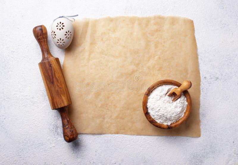 Conceito do cozimento Pino, farinha e ovo do rolo foto de stock royalty free