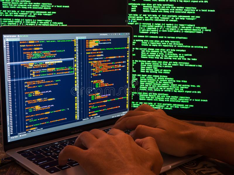 Conceito do crime de computador, hacker que rompe o sistema fotos de stock royalty free