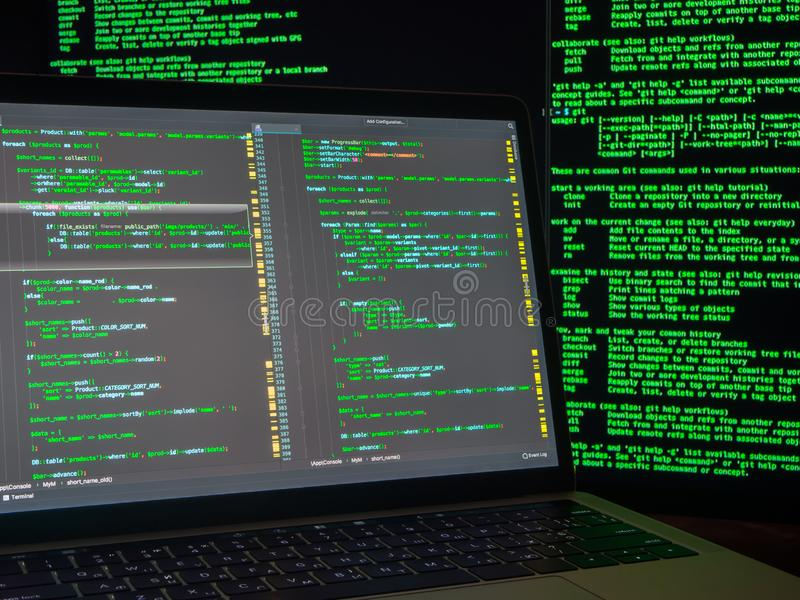 Conceito do crime de computador, hacker que rompe o sistema imagens de stock