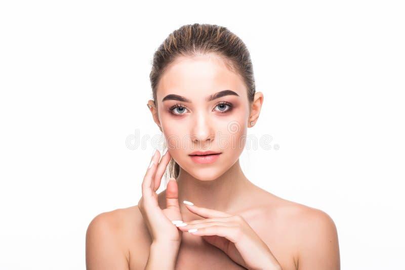 Conceito do cuidado de pele Beleza e termas para o corpo e a cara Jovem mulher macia de sorriso bonita com pele limpa fresca no b fotos de stock