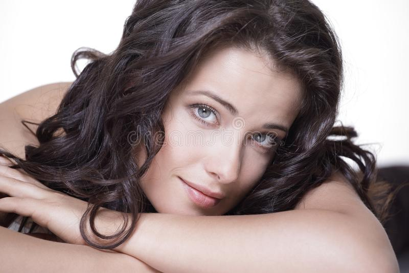 Conceito do cuidado de pele Mulher feliz com pele de incandescência limpa foto de stock royalty free