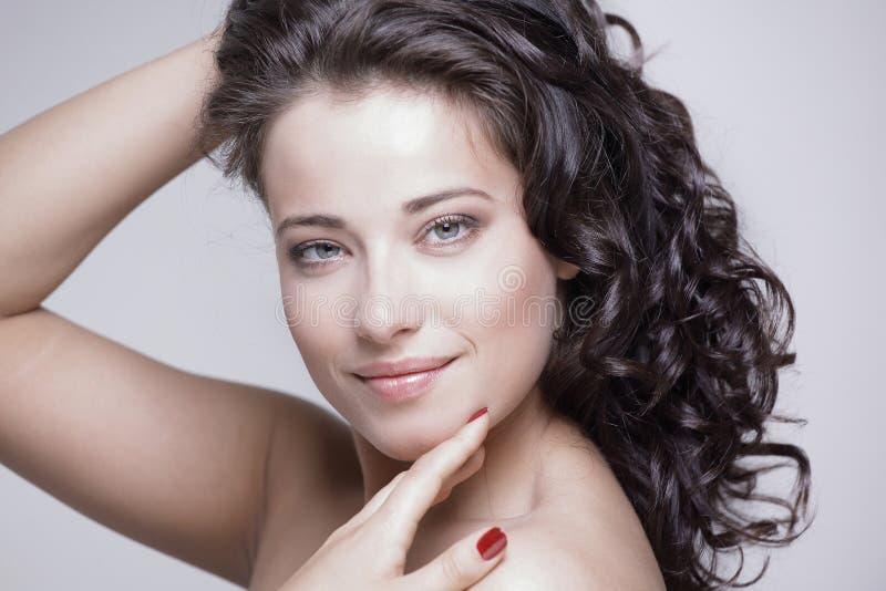Conceito do cuidado de pele Mulher feliz com pele de incandescência limpa imagens de stock royalty free