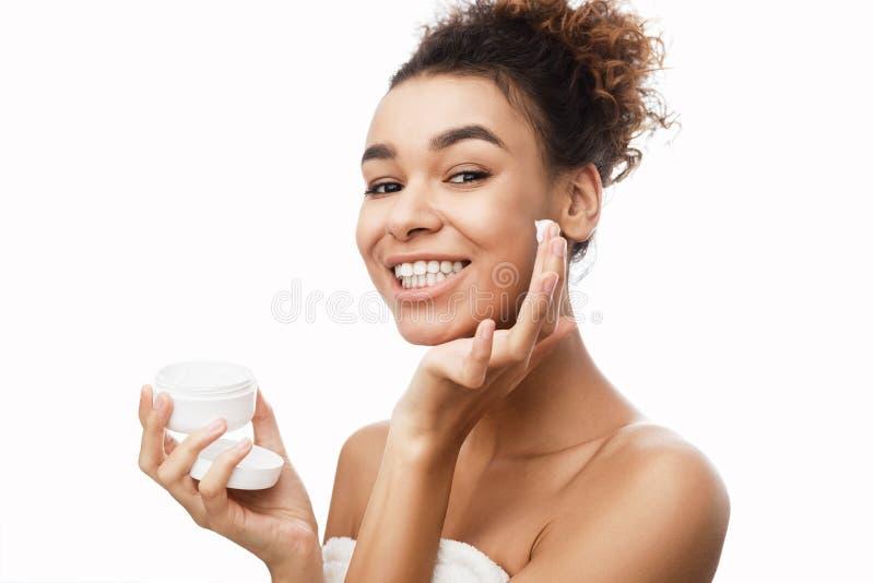 Conceito do cuidado de pele Mulher que aplica o creme no mordente foto de stock