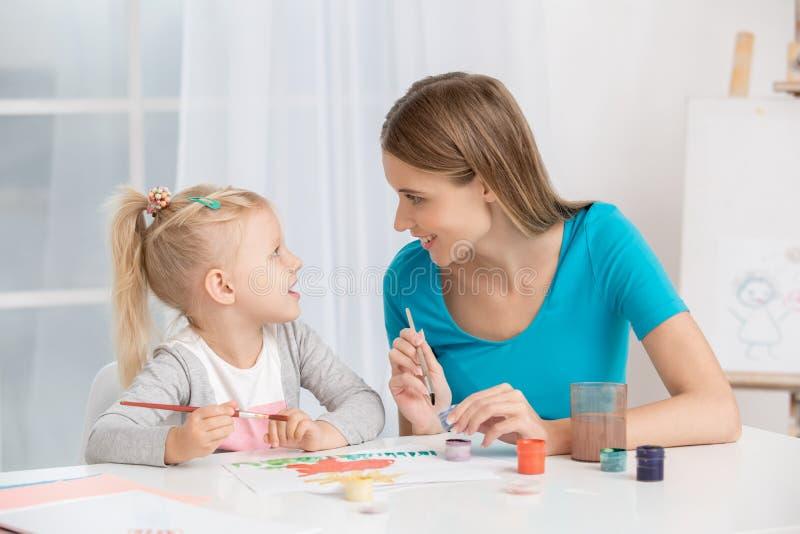 Conceito do cuidado do amor da maternidade do Parenting da mãe e da criança fotos de stock royalty free