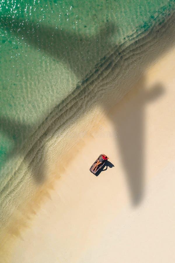 Conceito do curso do avi?o ao destino ex?tico com sombra do voo comercial do avi?o acima da praia tropical bonita E imagens de stock