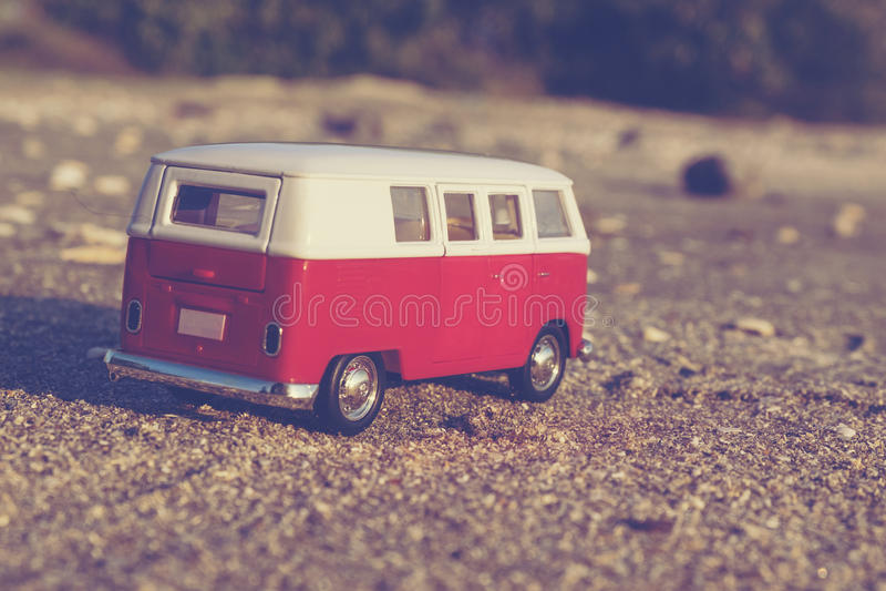 Conceito do curso com a miniatura clássica da camionete no Sandy Beach sobre imagens de stock
