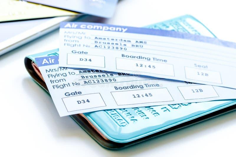 Conceito do curso com passaporte, cartões de crédito e bilhetes do voo sobre imagem de stock