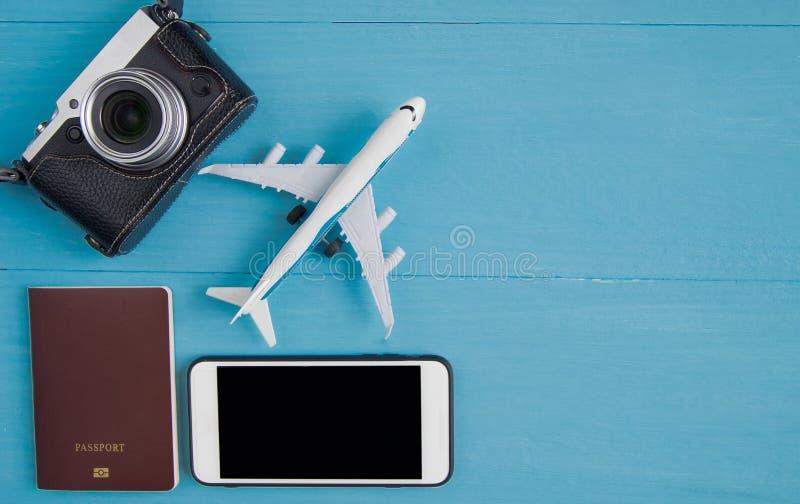 Conceito do curso: Configuração lisa da câmera do vintage, smartphone, passpor fotografia de stock