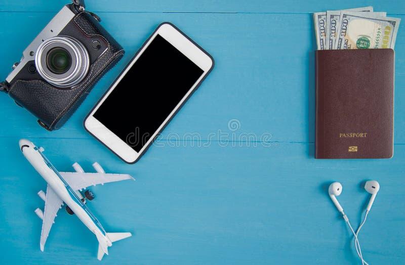 Conceito do curso: Configuração lisa da câmera do vintage, smartphone, passpor foto de stock