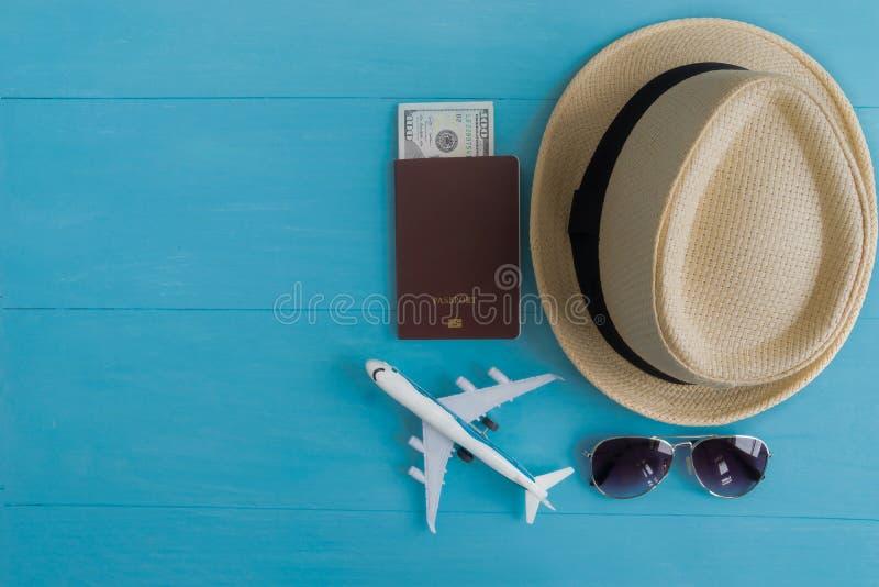 Conceito do curso: Configuração lisa do chapéu de palha, passaporte com dinheiro, pla foto de stock royalty free