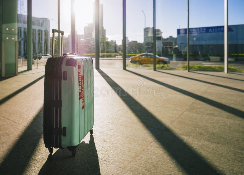 Conceito do curso da construção do salão da porta da chegada do aeroporto da mala de viagem da bagagem imagem de stock
