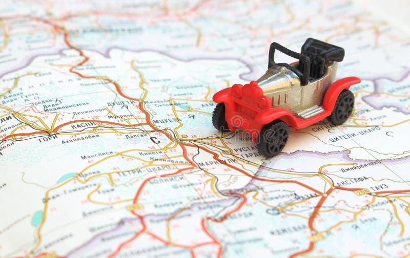 Conceito do curso da imagem, vermelho pequeno, carro preto no mapa imagens de stock royalty free