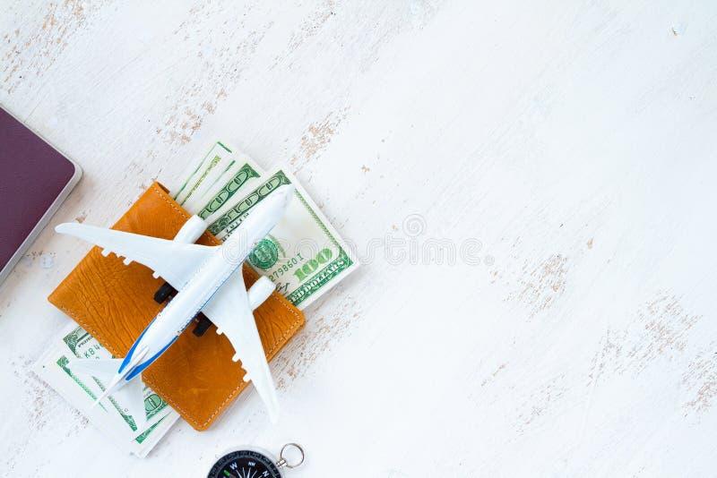 conceito do curso dinheiro para o curso na carteira de couro com compasso imagens de stock