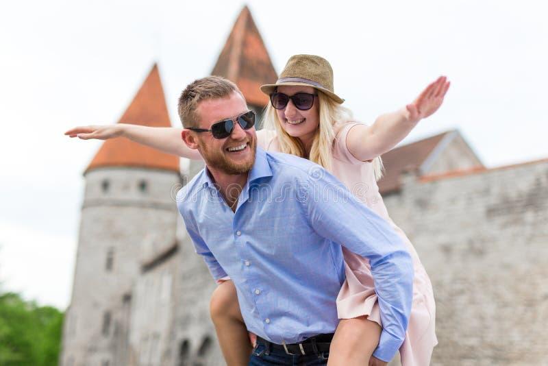 Conceito do curso - dois turistas engraçados no amor que andam na cidade velha fotos de stock royalty free