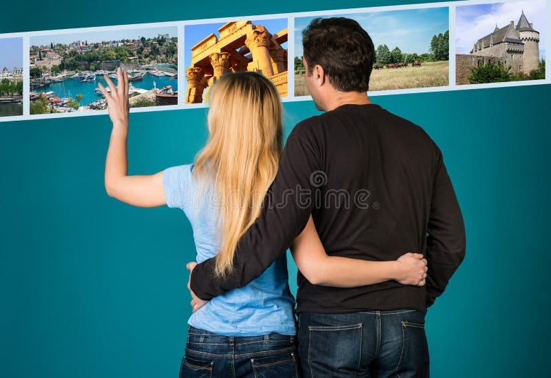 Conceito do curso e do turismo Abraçando imagens das férias de verão do desdobramento dos pares Mulher e homem que selecionam fot imagem de stock royalty free