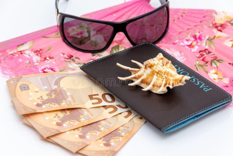 Conceito do curso e do turismo Dinheiro, passaporte, óculos de sol no backgraund branco imagens de stock