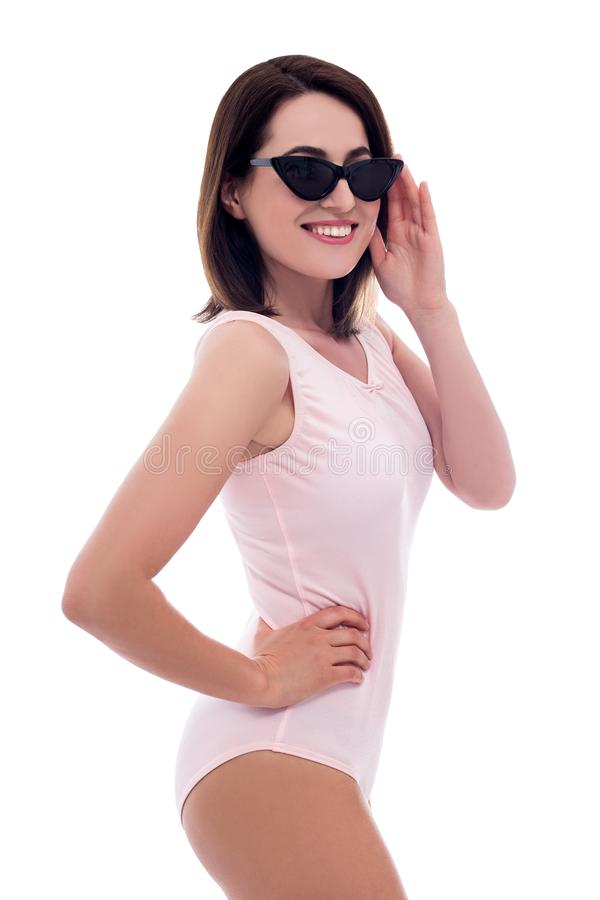 Conceito do curso e do verão - retrato da mulher bonita nova no roupa de banho cor-de-rosa isolado no branco fotografia de stock royalty free