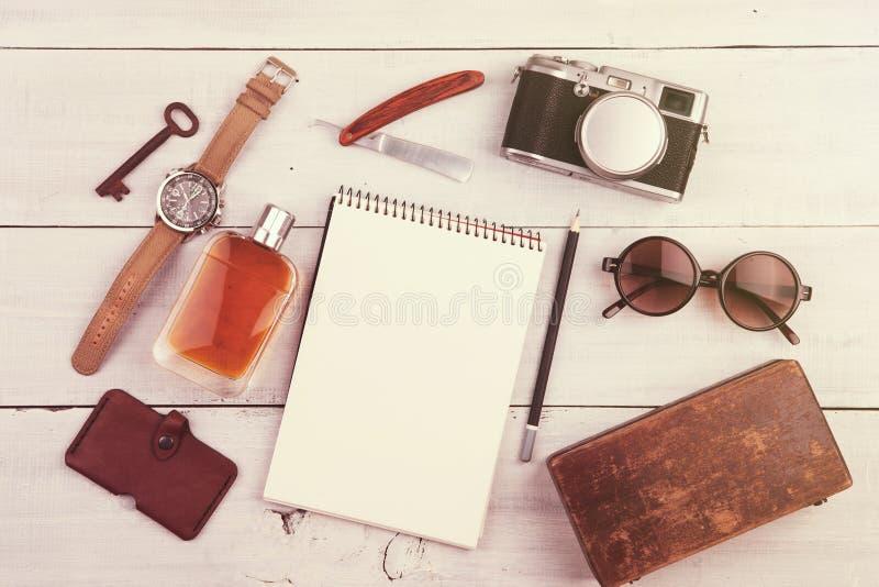 conceito do curso - grupo de material fresco com câmera e de outras coisas na tabela de madeira imagem de stock royalty free