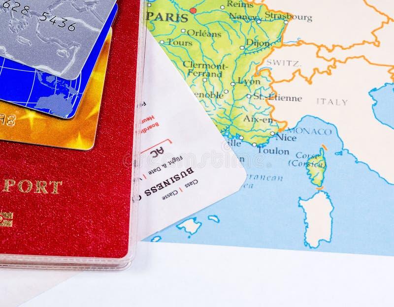 conceito do curso passaporte com um bilhete e cartões do pagamento em um cartão do turista fotografia de stock