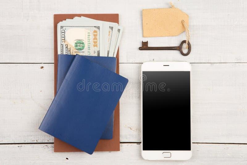 Conceito do curso - passaportes, dinheiro, telefone esperto e chave do hotel fotos de stock
