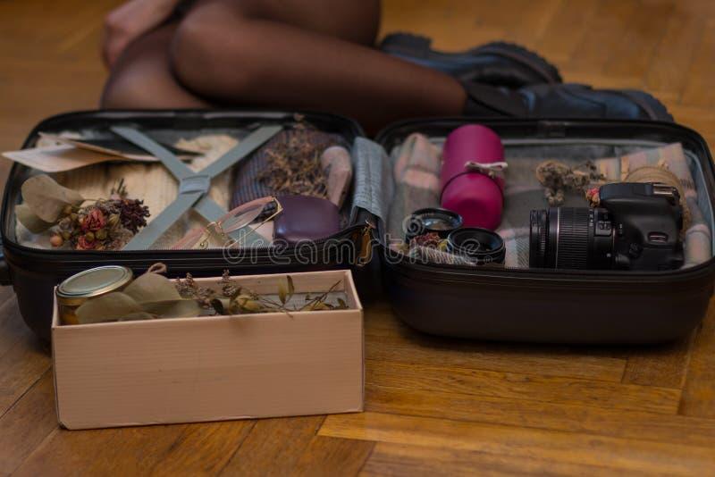 Conceito do curso, do turismo e dos objetos - feche acima do saco de embalagem do curso da mulher para férias fotografia de stock