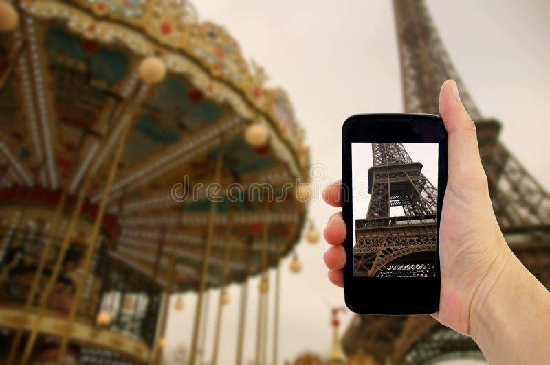 Conceito do curso - turista que toma a foto da torre Eiffel em Paris fotos de stock