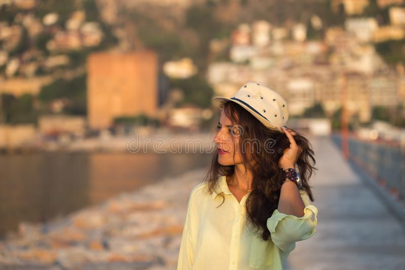 Conceito do curso do verão Chapéu vestindo do biege da mulher do viajante fotos de stock