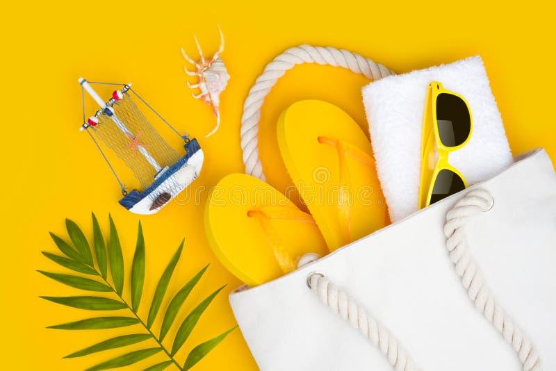 Conceito do curso do verão Símbolos e acessórios das férias no fundo amarelo fotografia de stock