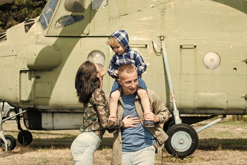Conceito do desenvolvimento e da educação Mãe e pai e sua criança que andam no museu da aviação fora Família feliz fotografia de stock royalty free