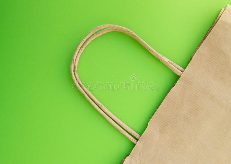 Conceito do desperd?cio zero, saco de papel reus?vel para a compra, pl?stico livre, fundo verde, vista superior foto de stock